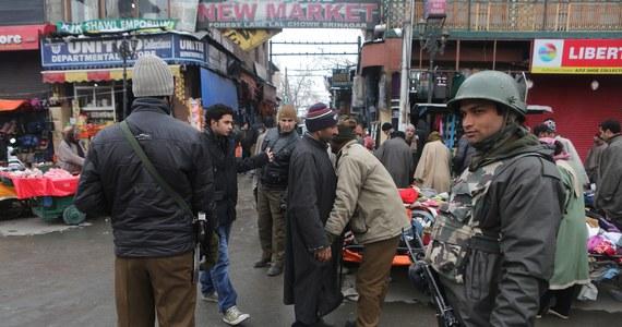 Polski konsul z New Delhi wyjaśnia razem z indyjską policją okoliczności brutalnego ataku na Polkę. Kobieta została zgwałcona przez taksówkarza. 33-latka została napadnięta przez mężczyznę, który miał ją zawieść z Mathury w stanie Uttar Pradeś na północy kraju do Delhi. Polka podróżowała razem z 2,5-letnią córką.