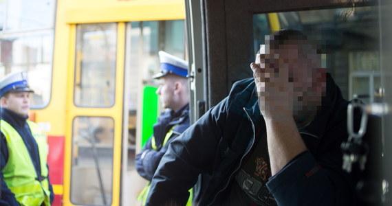 W czasie postoju na pętli tramwajowej motorniczy z Łodzi kupił alkohol - widać to na nagraniu z monitoringu zainstalowanego w tramwaju. 34-latek ma być przesłuchany jutro rano. Jeszcze dzisiaj natomiast mogą być znane wyniki badań jego krwi. Badano ją zarówno pod kątem zawartości alkoholu, jak i obecności narkotyków.