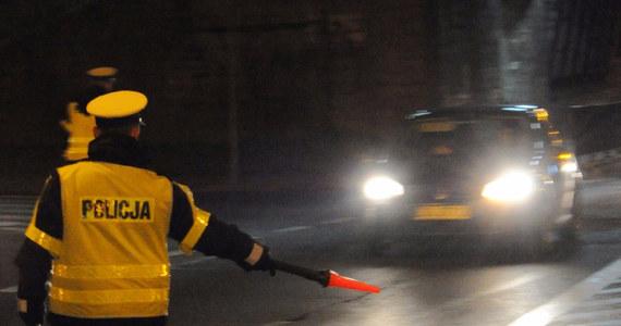 Nocny pościg w krakowskiej Nowej Hucie. 26-latek próbował uciec przed policyjną kontrolą. Bezskutecznie. Jak się okazało, i on, i jego pasażer byli nietrzeźwi i pod wpływem narkotyków. Do tego zachowywali się agresywnie, więc odpowiedzą  również za czynną napaść na policjanta i naruszenie jego nietykalności.