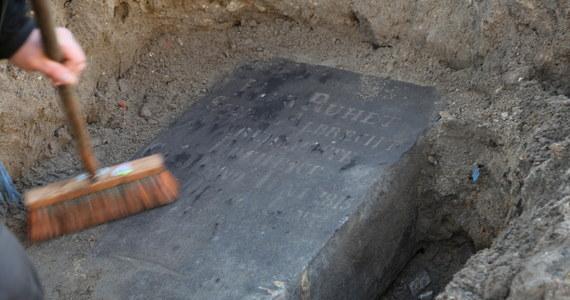 Płytę nagrobną z 1850 roku odnaleźli robotnicy, remontujący chodnik przy Batalionów Chłopskich w Świnoujściu. Zabytkowy nagrobek lata przeleżał zakopany w piachu pod chodnikiem.