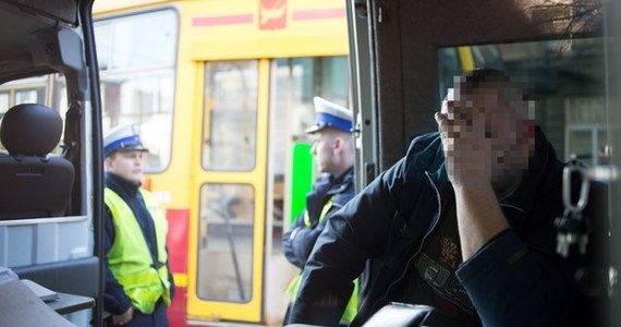 """W środę w prokuraturze w Łodzi ma zostać przesłuchany 34-letni motorniczy. Mężczyzna po pijanemu spowodował wypadek, w którym zginęły dwie osoby. Śledczy tłumaczą, że chcą się dobrze przygotować do rozmowy z nim. """"Potrzebny jest czas na analizę zebranych dowodów, przeanalizowanie zapisu monitoringu. To bardzo ważne, bo relacje świadków są różne"""" - mówią."""