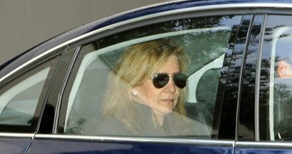 """""""Hiszpański sędzia wezwał córkę króla Juana Carlosa, księżniczkę Cristinę, do stawienia się na rozprawie 8 marca w charakterze podejrzanej w śledztwie dotyczącym oszustw podatkowych i prania pieniędzy"""" - poinformował sąd w Palma de Mallorca. Przesłuchanie będzie dotyczyć współpracy księżniczki z mężem Inakim Urdangarinem w firmie Aizoon."""