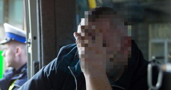 Przesłuchany zostanie dzisiaj motorniczy, który w poniedziałek po pijanemu doprowadził do tragicznego wypadku na ulicy Piotrkowskiej w Łodzi. Na miejscu zginęły dwie kobiety, natomiast kobieta i mężczyzna zostali ranni. W tej chwili wiadomo, że przed pracą 34-latek miał przy sobie trzy małe butelki z nalewką i cztery puszki piwa. W czasie jazdy zdążył niemal opróżnić dwie butelki z alkoholem.