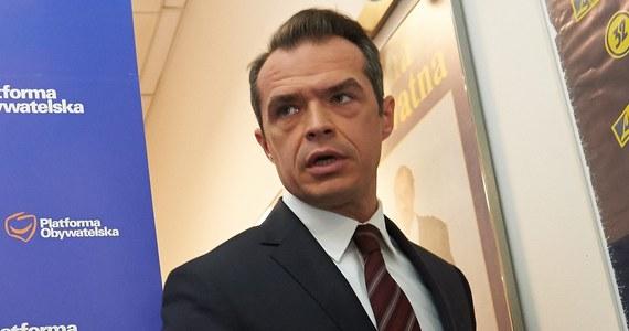 """Sławomir Nowak usłyszał zarzuty składania niezgodnych z prawdą oświadczeń majątkowych. Były minister transportu w pięciu kolejnych oświadczeniach majątkowych nie poinformował o cennym zegarku, choć miał taki obowiązek. Jak poinformowała Prokuratura Okręgowa w Warszawie, Nowak nie przyznał się do zarzutów i odmówił składania wyjaśnień. """"Jestem niewinny"""" - powiedział zaś dziennikarzom po wyjściu z prokuratury."""