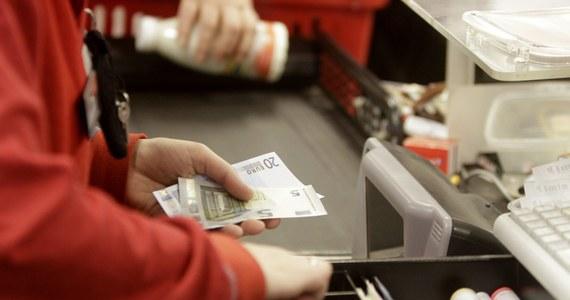 Jak poinformowała Komisja Europejska, już ponad 90 proc. Łotyszy płaci w euro. 15 stycznia środkiem płatniczym na Łotwie przestanie być dotychczasowa waluta - łat.  Łotwa przyjęła wspólną europejską walutę 1 stycznia, jako 18. kraj Unii Europejskiej.