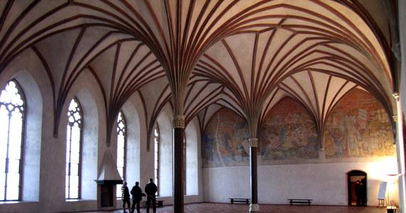 Zamek w Malborku zagrał w kilkudziesięciu filmach, co roku odwiedza go prawie pół miliona gości. To największy, gotycki zespół zamkowy na świecie i główny magnes przyciągający turystów do miasta. Można w nim m.in. spróbować krzyżackiej kuchni i poznać setki, tajemniczych, ciekawych historii.
