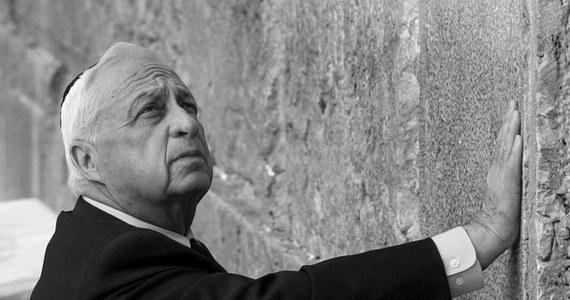 """""""To był Charles de Gaulle Bliskiego Wschodu"""" - tak o zmarłym byłym premierze Izraela - Arielu Szaronie, mówi Szewach Weiss, były przewodniczący Knesetu i ambasador Izraela w Polsce. Porównując zmarłego do charyzmatycznego francuskiego generała, Szewach Weiss zaznacza, że gdyby nie kłopoty zdrowotne, Szaron doprowadziłby proces pokojowy w Izraelu do końca. To właśnie on w 2005 roku zdecydował o wycofaniu izraelskich wojsk i osadników z palestyńskiej Strefy Gazy."""