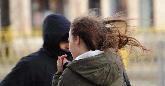 Meteorolodzy ostrzegają przed silnym wiatrem w całej Polsce. Porywy mogą osiągać prędkość 80 kilometrów na godzinę. Instytut Meteorologii i Gospodarki Wodnej wydał ostrzeżenia dla większości województw.