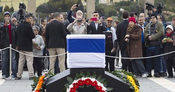 Przed parlamentem w Jerozolimie, gdzie wystawiono trumnę z ciałem byłego premiera Ariela Szarona, ustawiły się tysiące osób. W Izraelu trwają przygotowania do pogrzebu.  Polskę ma reprezentować szef MON-u Tomasz Siemoniak.