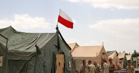Po konsultacjach z sojusznikami z NATO Polska zdecydowała się przyspieszyć wycofywanie żołnierzy z Afganistanu - powiedział minister obrony. Według Tomasza Siemoniaka, od maja w tym kraju pozostanie co najwyżej pół tysiąca naszych wojskowych. Wcześniej planowano, że do końca roku w Afganistanie pozostanie tysiącosobowy polski kontyngent.