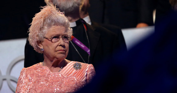 W zeszłym roku królowa Elżbieta II otrzymała ponad 70 różnych podarunków od zagranicznych dygnitarzy, organizacji charytatywnych i prywatnych osób. Wśród nich znalazły się tak osobliwe prezenty jak fotografia brytyjskiej rodziny królewskiej umieszczona na ozdobnym strusim jaju i ogrodowy krasnal - donosi portal BBC.