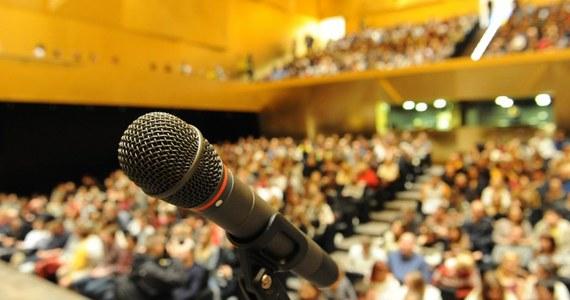 Na widowni komplet, prawie 1000 osób. Nikt nie może rozmawiać, chichotać czy nawet szeleścić. Nowa szczecińska filharmonia przechodzi właśnie główny sprawdzian przed otwarciem: test akustyki.
