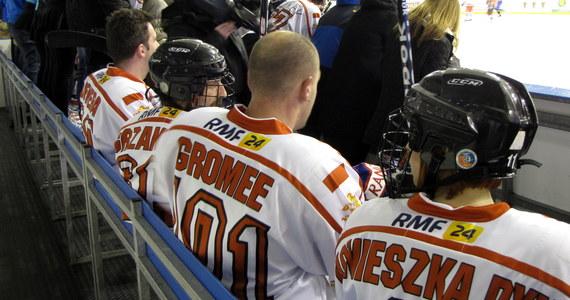 """Remisem 6:6 zakończył się pojedynek Hokejowej Reprezentacji Artystów Polskich i (Moto)Sportowców na Stadionie Zimowym w Tychach. Bramek - jak na hokej przystało - nie brakowało, świetnej zabawy również. Była i nuta rywalizacji. """"Po pięciu minutach widziałem poruszenie w boksie, że przegrywamy"""" - przyznawał były hokeista NHL Mariusz Czerkawski. Wszyscy uczestnicy imprezy podkreślali jednak zgodnie: najważniejszy jest cel. A było nim wsparcie Wielkiej Orkiestry Świątecznej Pomocy."""