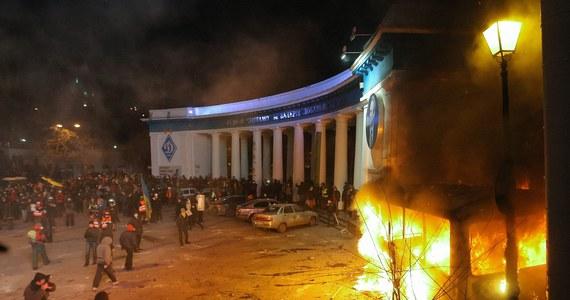 Prezydent Wiktor Janukowycz zapowiedział utworzenie komisji, której zadaniem będzie zażegnanie kryzysu na Ukrainie. Wyraził też gotowość do negocjacji z opozycją. W niedzielę podczas demonstracji w centrum Kijowa tłum przypuścił szturm na kordon milicji przed dzielnicą rządową. Demonstranci podpalili jeden z blokujących ulicę autobusów milicyjnych i atakowali funkcjonariuszy. Milicja użyła granatów hukowych i gazu łzawiącego.