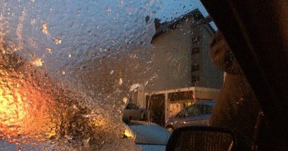 Marznący deszcz i deszcz ze śniegiem to dziś największe utrudnienie dla kierowców. Najgorzej jest w woj. świętokrzyskim, w Małopolsce i na Podkarpaciu. Trudne warunki na drogach są też na północy kraju.