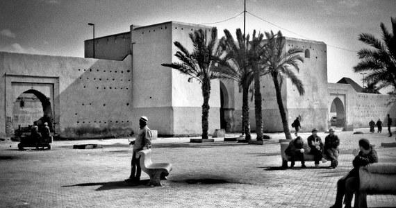 Mar-ra-kesz... trzy sylaby, a tyle wspomnień. Oczy bolące od słońca, smak soli na podniebieniu i niepowtarzalny zapach z tysiąca i jednej nocy. Już na powitanie Marrakesz uderza w nas ścianą zapachów i zgiełku. Topi w bezliku jednoczesnych zdarzeń. Gwałci zmysły. W dzień jest to nie do wytrzymania, a jednak.... Wychodzimy z hotelu, dajemy nura w egzotyczna głębię w nadziei, że do zmroku starczy nam tlenu. Nie zawsze starcza, ale w nocy przy śpiewie meczetów, zasypiamy. Zasypiają też z nami poturbowane przez Marrakesz zmysły.