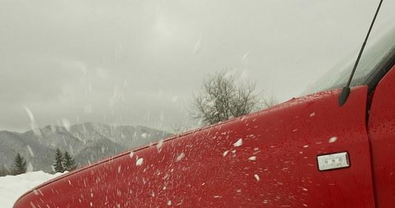 Zima, która długo omijała Podhale, dzisiaj uderzyła ze zdwojoną silą. Efekt? Potwornie śliskie drogi. W Bukowinie Tatrzańskiej na oblodzonym zjeździe utknęło kilka samochodów, wśród nich także autokar wiozący dzieci.