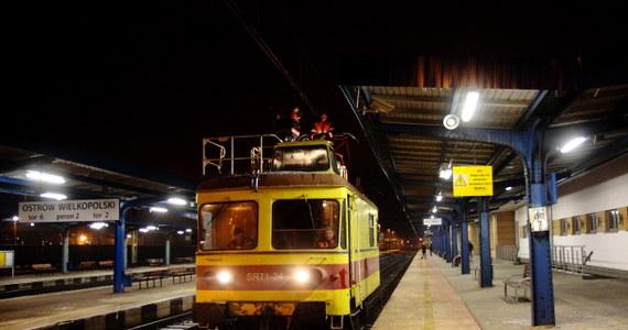 Kolejarze wznowili ruch pociągów elektrycznych między Poznaniem a Ostrowem Wielkopolskim. Cały czas z wykorzystaniem lokomotyw spalinowych odbywa się ruch z Ostrowa w stronę Wrocławia. W stronę Łodzi lokomotywy spalinowe przeciągają składy między Ostrowem a Sieradzem.
