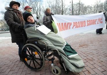 """""""Mamy prawo godnie żyć"""". Manifestacja rodziców niepełnosprawnych dzieci"""