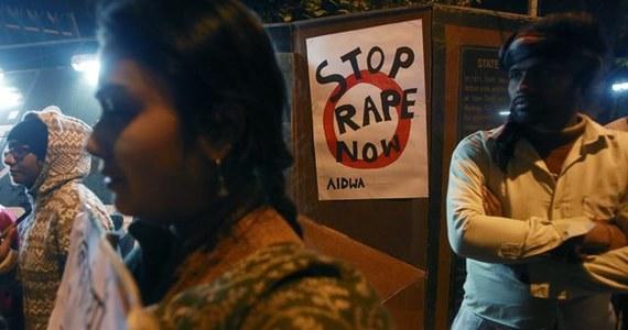 Młoda kobieta padła ofiarą zbiorowego gwałtu, zleconego przez radę wsi w Bengalu Zachodnim w Indiach, w ramach kary za związek z mężczyzną spoza lokalnej społeczności - poinformowała w czwartek miejscowa policja. Aresztowano 13 mężczyzn.