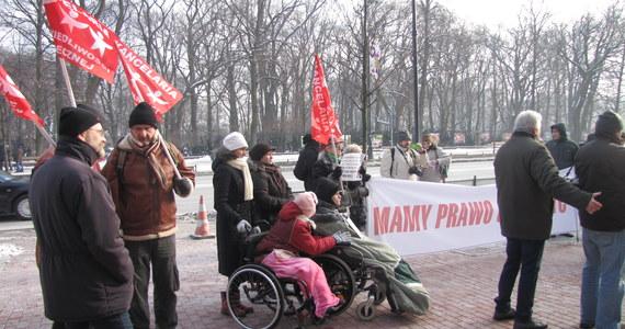 """""""Nie jesteśmy usatysfakcjonowani rozmowami u premiera""""- powiedzieli po opuszczeniu kancelarii szefa rządu opiekunowie niepełnosprawnych dzieci, którzy protestowali w stolicy. Chcą natychmiastowego zajęcia się ich problemami, a nie odwlekania ich w czasie."""