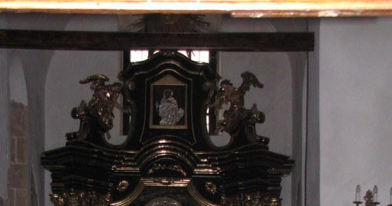Krakowska straż miejska zatrzymała 30-latka ze Śląska, który uszkodził cenny, XVII-wieczny obraz. Dzieło znajduje się w kościele św. Wojciecha na Rynku Głównym.