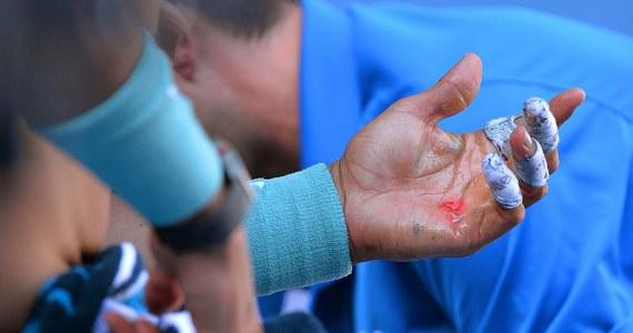 Palce owinięte plastrem i ślady krwi na dłoniach. Tak po meczu z Rogerem Federerem wyglądał Rafael Nadal. Potworny wysiłek się opłacił. Hiszpan wygrał ze Szwajcarem 7:6 (7-4), 6:3, 6:3. W niedzielę Nadal zmierzy się w finale Australian Open ze Stanislasem Wawrinką.