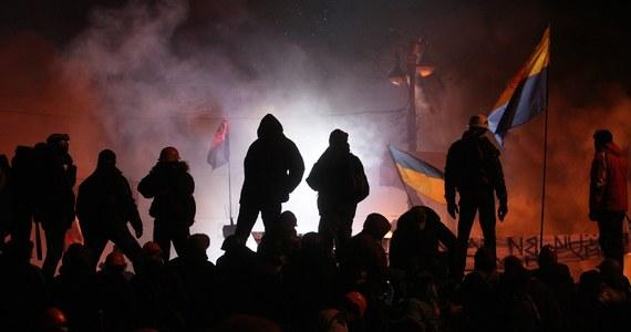 Kolejny dzień niepokojów na Ukrainie. Późnym wieczorem w Kijowie starli się przeciwnicy rządu i oddziały milicji broniącej dostępu do dzielnicy rządowej. Ludzie na barykadach z obawy przed snajperami wypatrywali ich w oknach i na dachach pobliskich budynków z pomocą silnych reflektorów.