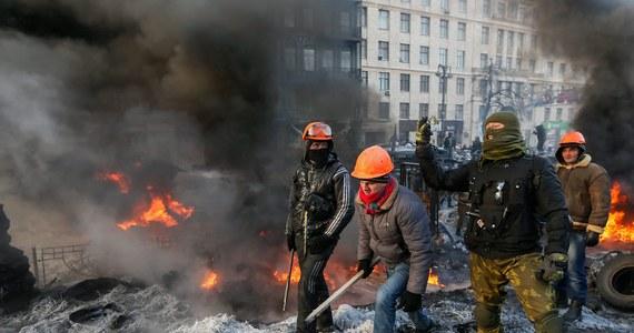 """Tłumy protestujących, zdewastowane ulice Kijowa. Sytuacja jest coraz bardziej napięta. Po gorącej nocy na barykadach nie dochodzi do nowych incydentów i walk pomiędzy protestującymi i milicją. """"Będzie wojna, to już się pokojowo nie zakończy, będziemy tu stać i bronić się, mamy pałki"""" – mówili wysłannikowi RMF FM Przemysłowi Marcowi młodzi ludzie, którzy przyjechali z Tarnopola. Oto nasza relacja z wydarzeń na Ukrainie minuta po minucie."""