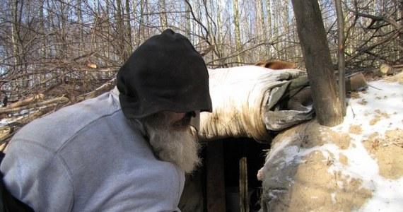 Nieco ponad dwa metry kwadratowe, podwyższone łóżko z desek i kilka zasłon zamiast drzwi – to dom pana Jana. Mężczyzna mieszka w ziemiance, którą sam zrobił w lesie pod Zgierzem koło Łodzi i nawet teraz nie zamierza się stamtąd wyprowadzać.