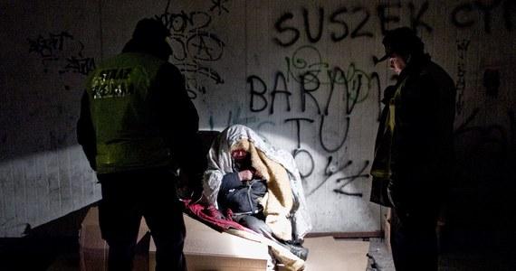 Od początku roku z powodu wychłodzenia zmarły 34 osoby, z których aż 17 w ciągu ostatniego weekendu - wynika z najnowszych statystyk Komendy Głównej Policji. Policjanci podkreślają, że podczas mrozów szczególnej opieki wymagają bezdomni oraz osoby starsze.