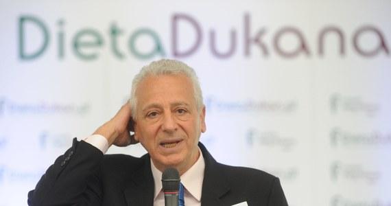 Jeden z najsłynniejszych dietetyków na świecie Pierre Dukan został skreślony z listy francuskich lekarzy - informuje Agencja Prasy Medycznej. Komisja dyscyplinarna francuskiej Naczelnej Izby Lekarskiej stwierdziła, że twórca diety proteinowej popularnej również w Polsce złamał etykę zawodową.