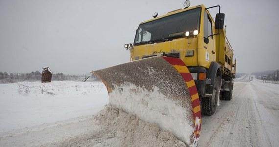 Synoptycy ostrzegają zwłaszcza przed silnymi zamgleniami oraz zawiejami i zamieciami śnieżnymi. Mróz ma się utrzymywać zwłaszcza na północnym wschodzie Polski. Niezmiennie będzie też przybywać śniegu.