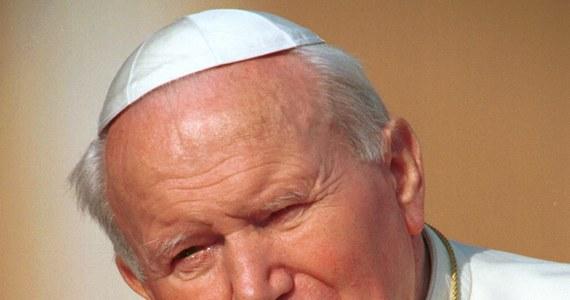 """""""Apeluję do sprawców tego godnego potępienia czynu, aby otworzyli się na światło Ewangelii i jak najszybciej zwrócili kościołowi z L'Aquili relikwie naszego patrona, który wkrótce zostanie wyniesiony do chwały ołtarzy"""" - napisał po kradzieży relikwiarza z krwią Jana Pawła II arcybiskup L'Aquili Giuseppe Petrocchi. Hierarcha zaapelował też do wiernych o modlitwę w intencji odnalezienia relikwii."""