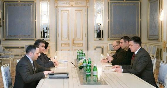 """Lider opozycyjnej Batkiwszczyny Arsenij Jaceniuk odrzucił stanowisko premiera zaproponowane mu przez Wiktora Janukowycza. Tym samym kilkugodzinne spotkanie prezydenta Ukrainy z opozycjonistami nie przyniosło przełomowych rozstrzygnięć. Janukowycz zapowiedział złagodzenie """"prawa 16 stycznia"""", ale na razie nie wiadomo, o jakie zmiany chodzi."""