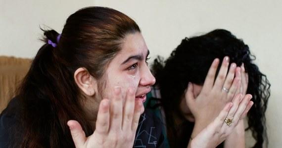 Prezydent Francois Hollande skompromitował się w najgłośniejszej aferze Romów wydalonych z Francji - twierdzi większość nadsekwańskich mediów. Wbrew opinii szefa państwa sąd w Besancon orzekł dzisiaj, że 15-letnia Romka, która została wydalona do Kosowa, nie ma prawa powrotu nad Sekwanę. Nastolatka grozi popełnieniem samobójstwa.