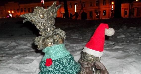 Marii Konopnickiej i trzem krasnoludkom nie jest już zimno w Suwałkach. Pomnik i figurki doczekały się zimowych ubrań. Na czapki i szaliki czeka jeszcze siedem skrzatów.