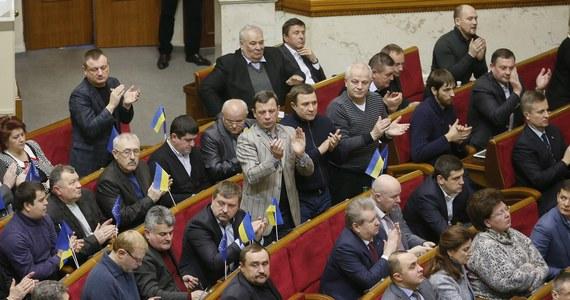Prezydent Ukrainy Wiktor Janukowycz przyjął dymisję rządu premiera Mykoły Azarowa i polecił mu wykonywanie dotychczasowych obowiązków do czasu powołania nowej Rady Ministrów - podano na stronie internetowej administracji prezydenckiej w Kijowie. Wcześniej Wiktor Janukowycz odwołał większość ustaw ograniczających m.in. prawo do protestów.