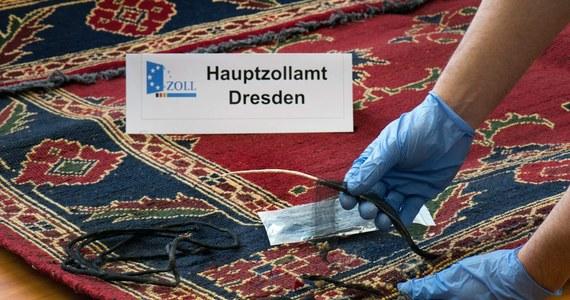 Niemieccy celnicy na lotnisku w Lipsku przejęli 45 kg heroiny ukrytej w dziewięciu dywanach przewożonych z Iranu. Miały one trafić do Belgii, Francji, Kongo i Polski. W tej sprawie zatrzymano już kilka osób.