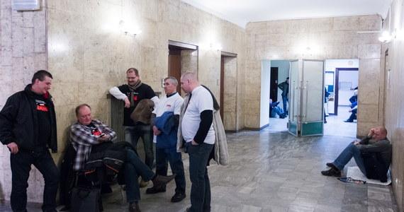 Około 200 górników z kopalń Kompanii Węglowej rozpoczęło okupację siedziby spółki. Protestujący czekają na efekty obrad rady nadzorczej KW ws. programu restrukturyzacji spółki na lata 2014-2020. Może on zostać przyjęty dzisiaj.