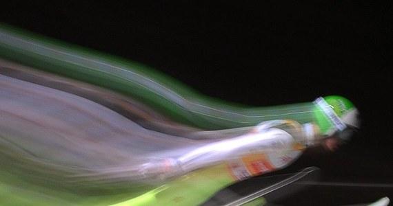 W tym odcinku przewodnika po skokach narciarskich, przygotowanego wspólnie z Akademią Wychowania Fizycznego w Krakowie, koncentrujemy się na tym, co jest istotą tej dyscypliny: czasie, który zawodnicy spędzają w powietrzu. O tym, jaką trajektorią lecą i co mogą zrobić, by lecieć jak najdłużej, ze współpracującym z polską kadrą biomechanikiem z AWF-u Piotrem Krężałkiem i byłym fizjoterapeutą kadry Rafałem Kotem rozmawia Grzegorz Jasiński.