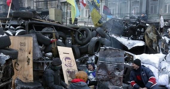 Wyjątkowo spokojnie przebiegała miniona noc w ogarniętym antyrządowymi protestami Kijowie. W zajętym przez demonstrantów Domu Ukraińskim zostało uruchomione kino. Sytuacja ustabilizowała się też na ul. Hruszewskiego, gdzie naprzeciwko siebie trwają na pozycjach milicja i najbardziej radykalni demonstranci.
