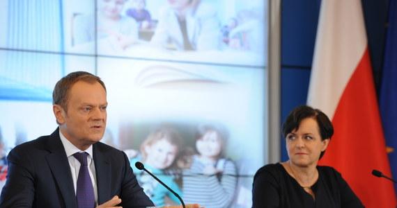 """Minister edukacji Joanna Kluzik-Rostkowska zapowiedziała projekt ustawy, zgodnie z którą dopuszczone do użytku będą tylko podręczniki wieloletnie. """"Naszą intencją jest, żeby podręczniki służyły przynajmniej trzem kolejnym rocznikom dzieci. W 2015 r. nakażemy wydawcom wyczyszczenie wszystkich tych treści, które czynią te podręczniki jednorocznymi"""" - poinformowała."""