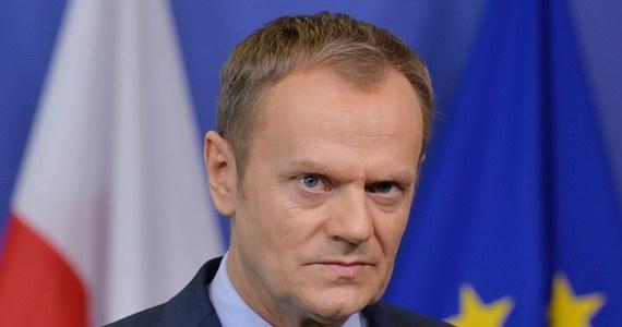"""""""Ja nie znam sprawy, nie męczcie mnie"""" - tak Donald Tusk zareagował na pytania dziennikarzy, którzy na konferencji prasowej próbowali się dowiedzieć, do kogo mogą zwrócić się o pomoc poszkodowani atakiem zimy. Na Lubelszczyźnie kilkadziesiąt miejscowości jest odciętych od świata, na Dolnym Śląsku wiatr pozrywał dachy. Premier zreflektował się kilkanaście minut po konferencji. Przyznał też, że o skali problemu dowiedział się dopiero od dziennikarzy. """"Trochę jestem poirytowany ospałością"""" - stwierdził."""
