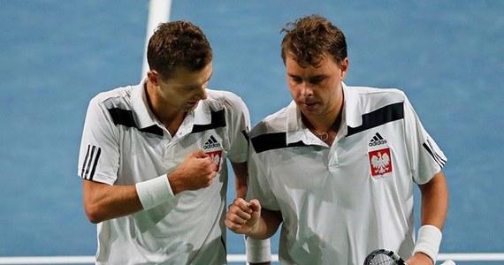 Mariusz Fyrstenberg i Marcin Matkowski pokonali w Moskwie Konstantina Krawczuka i Karena Chaczanowa 2:6, 6:4, 6:1, 6:0 w spotkaniu 1. rundy Grupy I Strefy Euro-Afrykańskiej Pucharu Davisa. Dzięki temu polscy tenisiści prowadzą w meczu z Rosją 2:1.