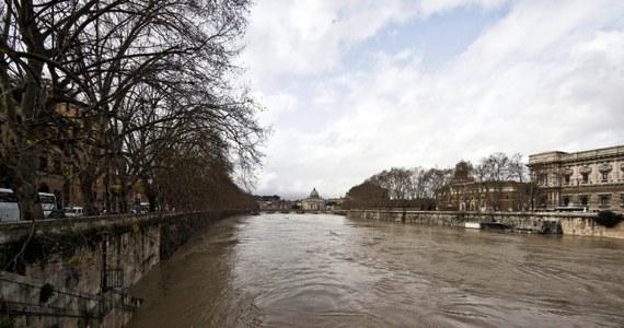 Władze Rzymu ogłosiły włoską stolicę miastem zamkniętym. To wynik lokalnych powodzi spowodowanych trwającymi od piątku ulew. Kierowane są apele, aby w związku z licznymi utrudnieniami nie przyjeżdżać do stolicy Włoch, o ile nie jest to konieczne.