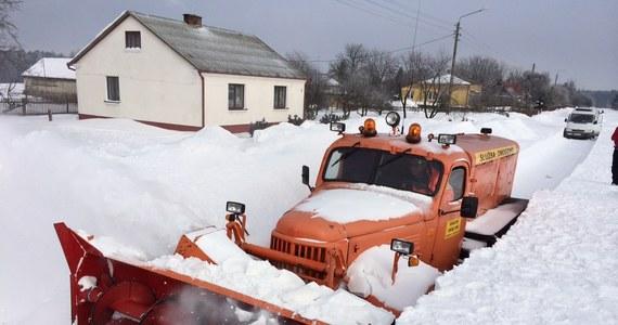 Kilka miejscowości w powiecie hrubieszowskim na Lubelszczyźnie wciąż jest odciętych od świata. W ubiegłym tygodniu niemal wszystkie trasy w tamtym rejonie zostały zawiane śniegiem.