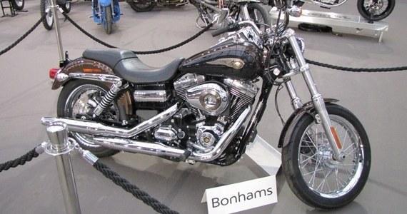 Lśniący Harley-Davidson papieża Franciszka oraz jego kurtka motocyklowa pójdą dziś pod młotek na aukcji w Paryżu. Wartość obu unikatowych eksponatów opatrzonych papieskimi autografami szacowana jest na 13 tys. - 16 tys. euro. Według ekspertów, mogą one zostać sprzedane za cenę wielokrotnie wyższą.