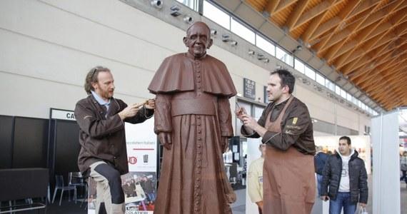 Papież Franciszek otrzymał w prezencie przedstawiającą go statuę naturalnej wielkości, wykonaną z półtorej tony gorzkiej czekolady. Figurę wykonali cukiernicy z Belluno na północy Włoch. Papież dostał jeszcze 1,5 tony czekolady, która trafi do ubogich z Rzymu.