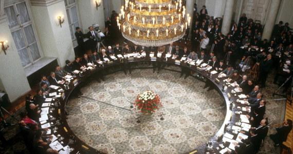 Dokładnie ćwierć wieku temu, 6 lutego 1989 r. w Warszawie rozpoczęły się obrady Okrągłego Stołu. Zapoczątkowały upadek komunizmu i przemiany polityczne nie tylko w Polsce, ale również w całej Europie Środkowo-Wschodniej.